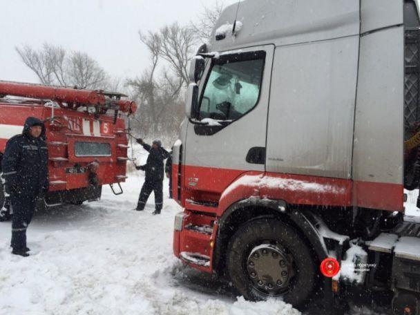 На Львовщине и Закарпатье из-за снегопада ограничили движение транспорта, на Ровенщине - километровая пробка