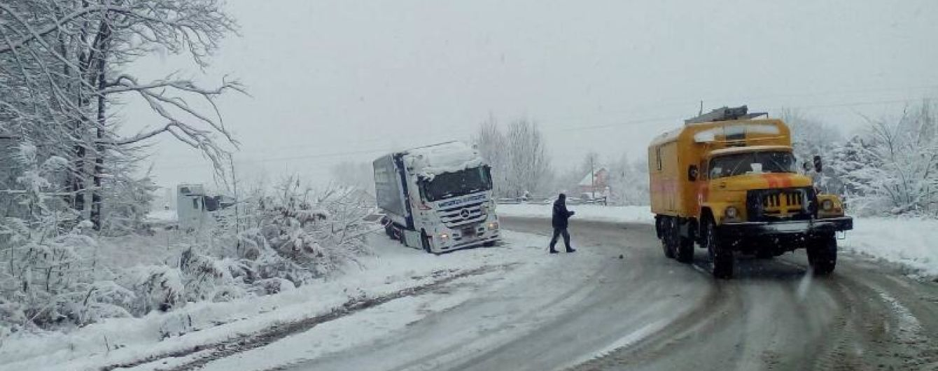 Ограничение проезда, пробки и ДТП: Запад Украины накрыли снежные бури