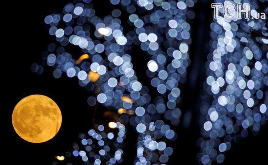 У полоні Супермісяця: жителів Землі цієї ночі зачарувало видовищне природне явище