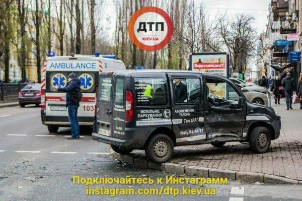 У центрі Києва Lexus не помітив регулювальника: є постраждалі