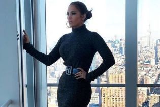 Джей Ло подчеркнула сексуальную фигуру обтягивающем платьем