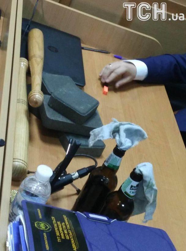 Адвокат Януковича приніс до суду бруківку та коктейлі Молотова