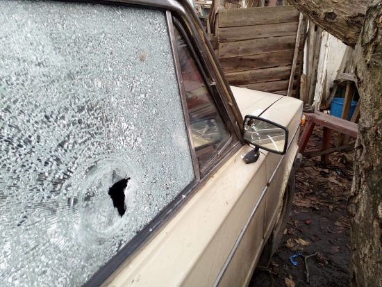 Під Горлівкою бойовики обстріляли цивільне авто
