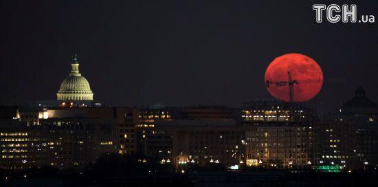 Космічне диво: Reuters показало, як виглядав Супермісяць у різних куточках світу