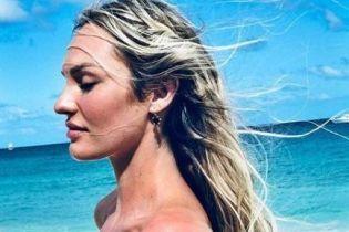 Кэндис Свэйнпоул поделилась красивыми пляжными снимками