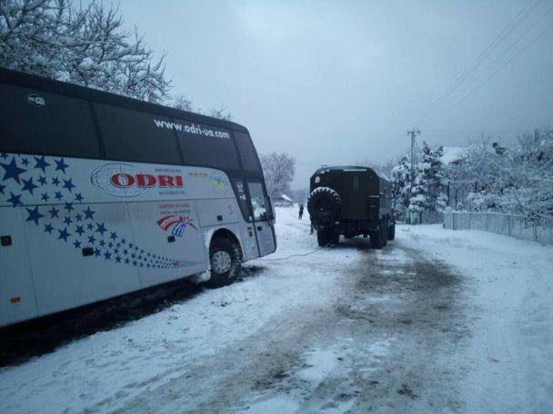 На засніженому Закарпатті автобус до Італії із 46 пасажирами з'їхав у кювет