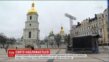 Из-за непогоды в столицу уже вторые сутки не может доехать главная елка Украины