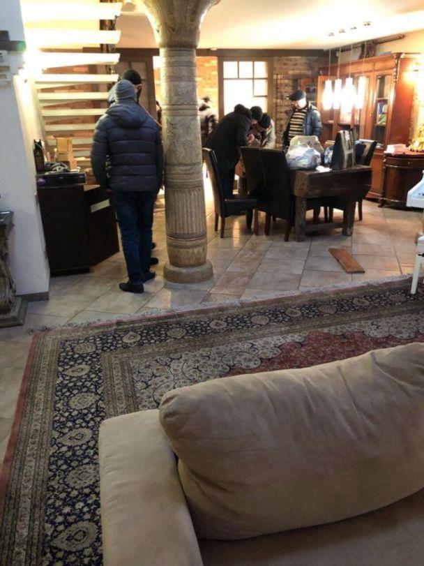 """ЗМІ показали фото """"обшуку"""" в розкішній квартирі Саакашвілі"""