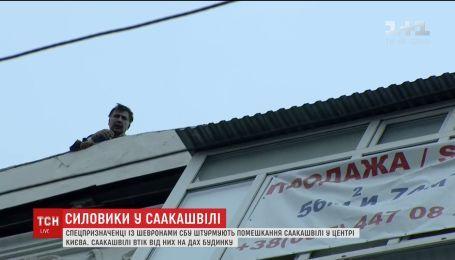 Саакашвили убежал от правоохранителей на крышу дома и угрожает прыгнуть вниз