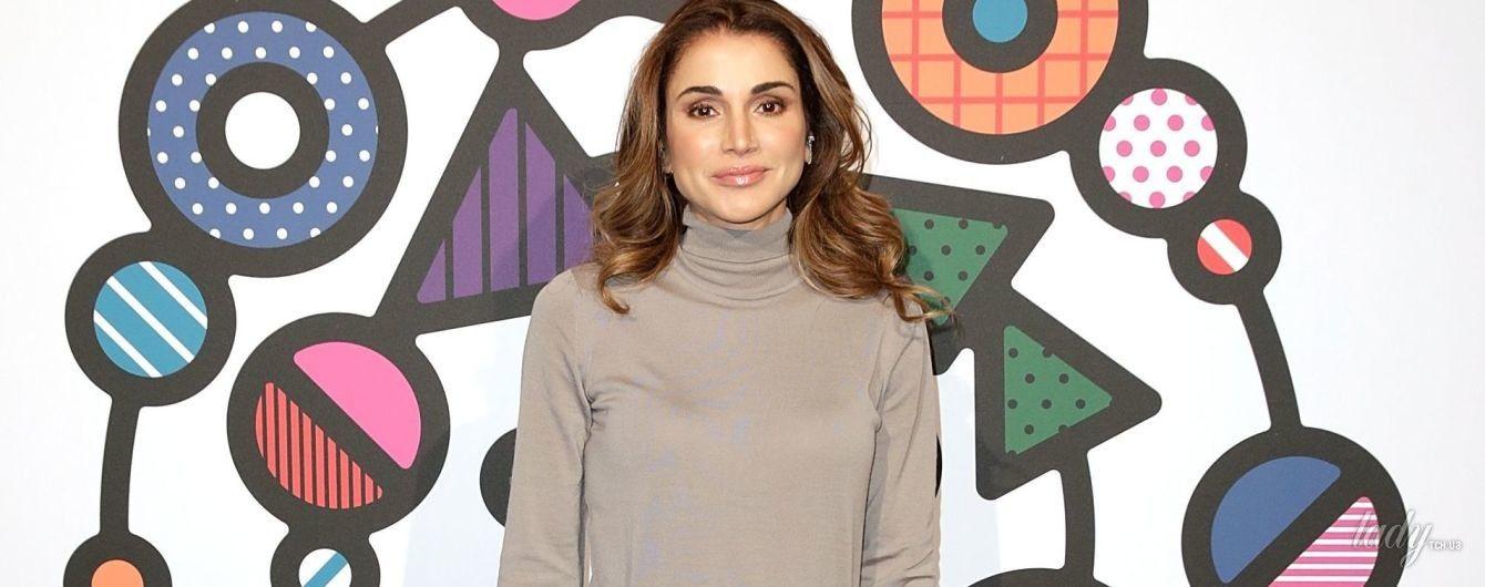 В стильной юбке Prada: королева Рания на модной конференции