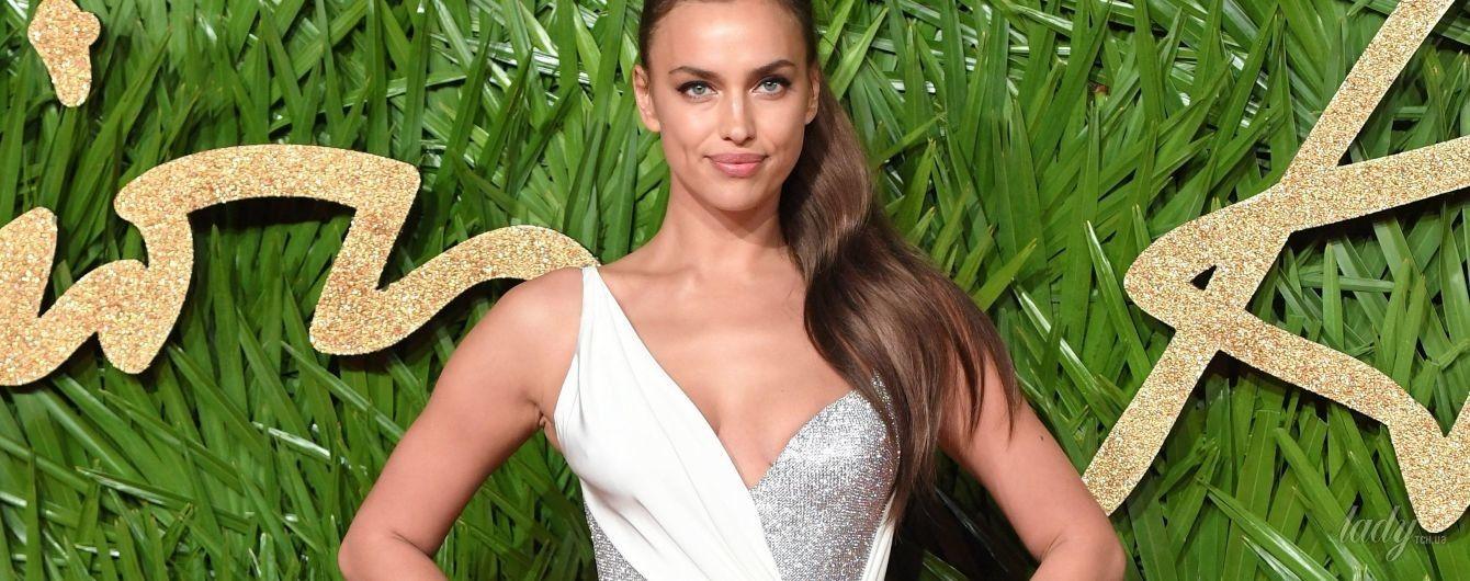 В платье с эффектным разрезом: Ирина Шейк блистала на красной дорожке в наряде от Versace