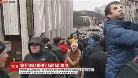 На столичной улице Костельной активисты окружили автобус с Саакашвили