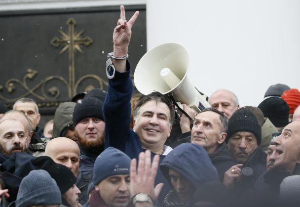 """Саакашвили """"уволен"""" и кордон силовиков под Радой. Как разворачиваются события в Киеве"""