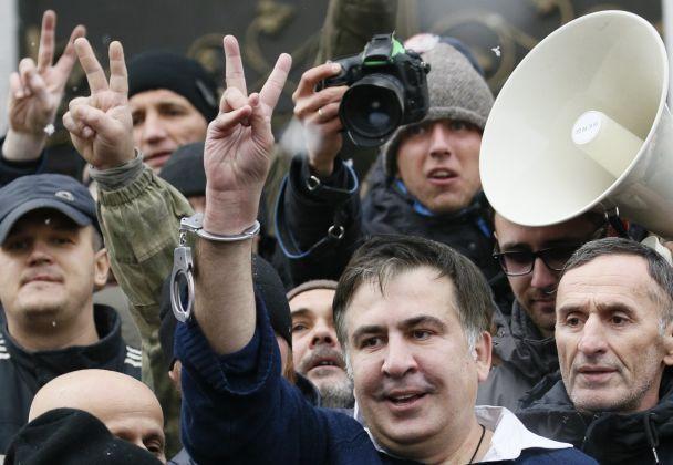 """Саакашвили """"освобожденный"""" и кордон силовиков под Радой. Как разворачиваются события в Киеве"""