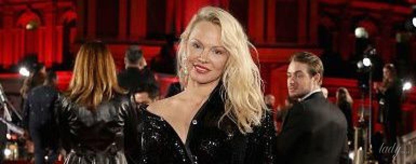 В элегантном платье с обнаженным плечом: роскошная Памела Андерсон на премии The Fashion Awards