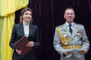В брючном костюме и светлой водолазке: деловой образ Марины Порошенко
