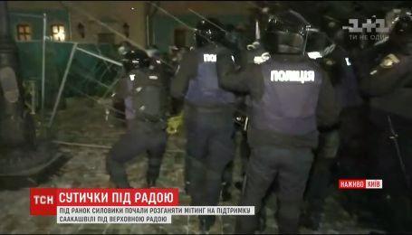 Правоохоронці застосували силу проти наметового містечка на Грушевського