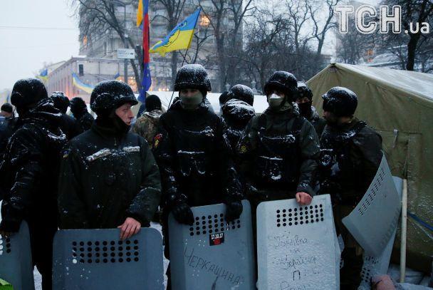 Костры жгут, сносят шины: активисты укрепляют баррикады у Рады после штурма полиции
