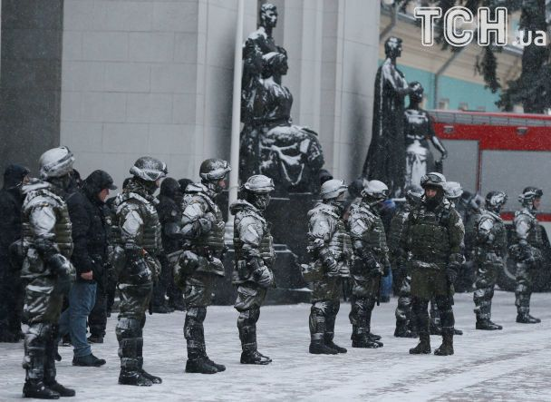 Палять багаття, зносять шини: активісти укріплюють барикади біля Ради після штурму поліції