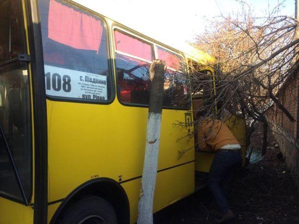 В Мариуполе маршрутка сбила водителя авто на обочине дороги и влетела в дерево