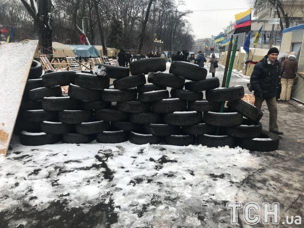 Саакашвили сидит в палатке. Подход к нему охраняют трое людей