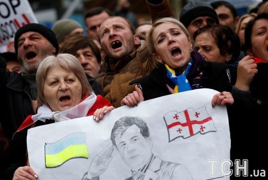 Прапор України в центрі Тбілісі. Прихильники  провели ходу на підтримку Саакашвілі