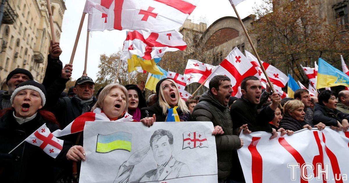 Флаг Украины в центре Тбилиси. Сторонники провели шествие в поддержку Саакашвили