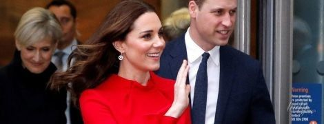 В ярком платье любимой марки и с румянцем на щеках: новый выход беременной герцогини Кембриджской
