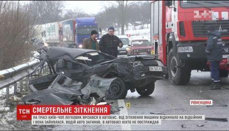 На Ровенщине водитель легковушки выехал на встречную и врезался в рейсовый автобус