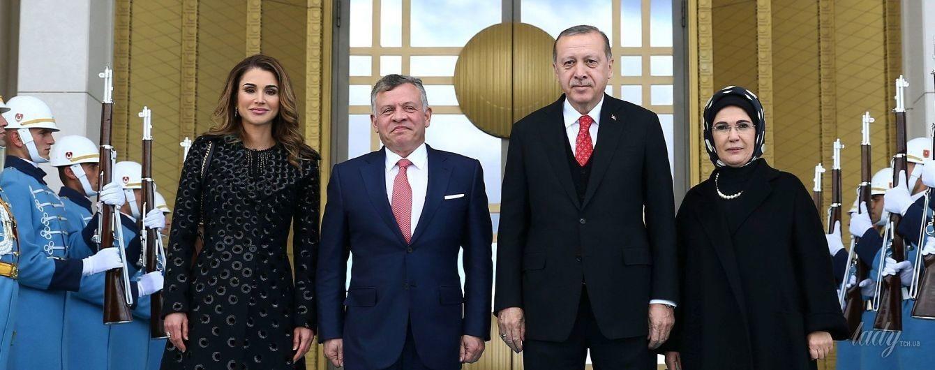 В красивом пальто и лодочках: роскошная королева Рания в Турции