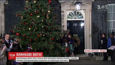 Британская премьер Тереза Мэй торжественно зажгла елку в Лондоне