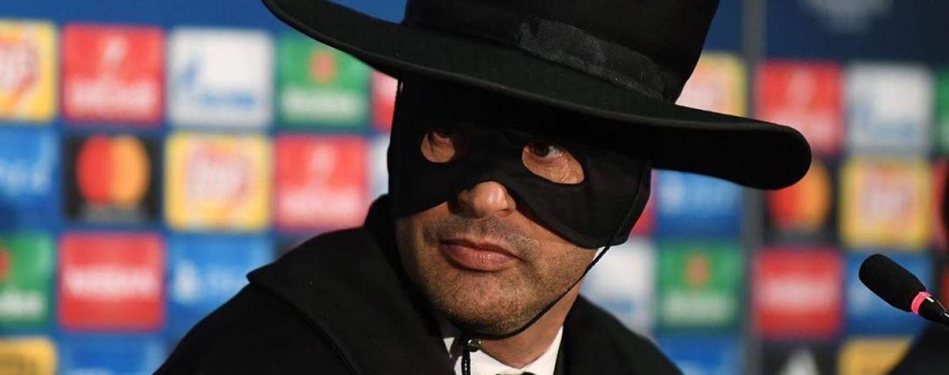"""Тренер """"Шахтера"""" сдержал слово и нарядился в костюм Зорро"""