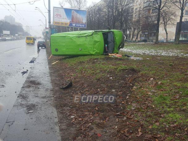 """У Києві біля метро """"Шулявська"""" мікроавтобус телебачення зіткнувся з BMW і перекинувся"""