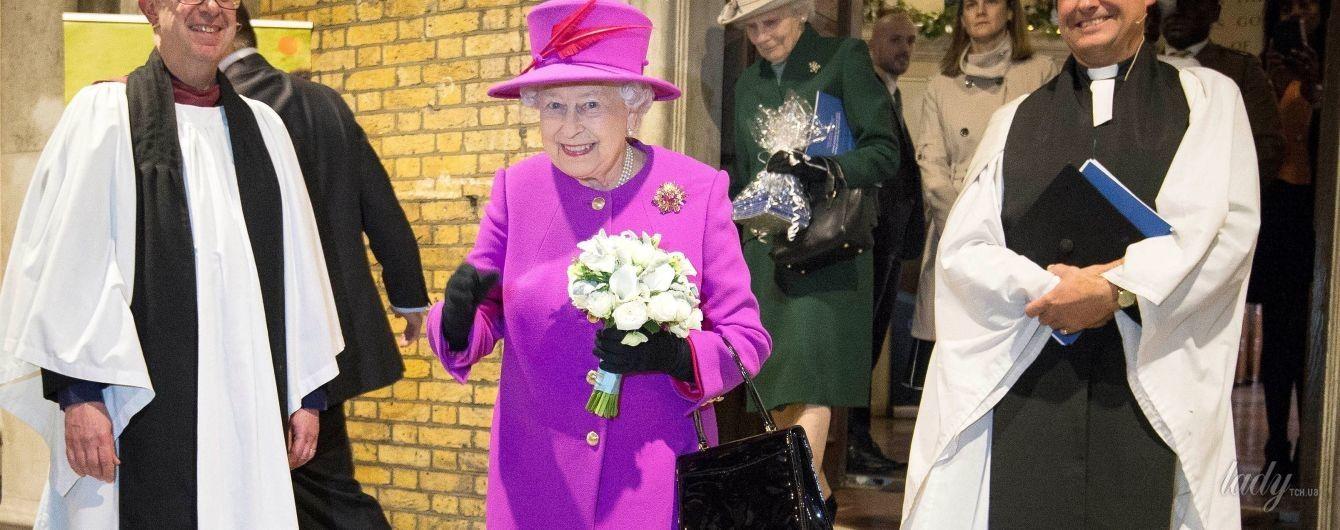 В пальто цвета фуксии: после проваленного дресc-кода королева Елизавета II демонстрирует эффектный наряд