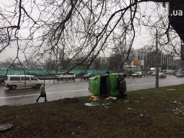 """В Киеве возле метро """"Шулявская"""" микроавтобус телевидения столкнулся с BMW и перевернулся"""