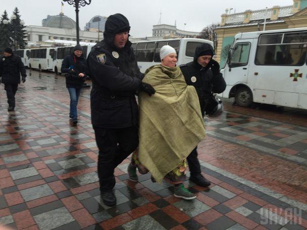 """""""Гребіть нах*й"""": пишнотіла активістка Femen влаштувала оголену акцію у наметовому містечку Саакашвілі"""