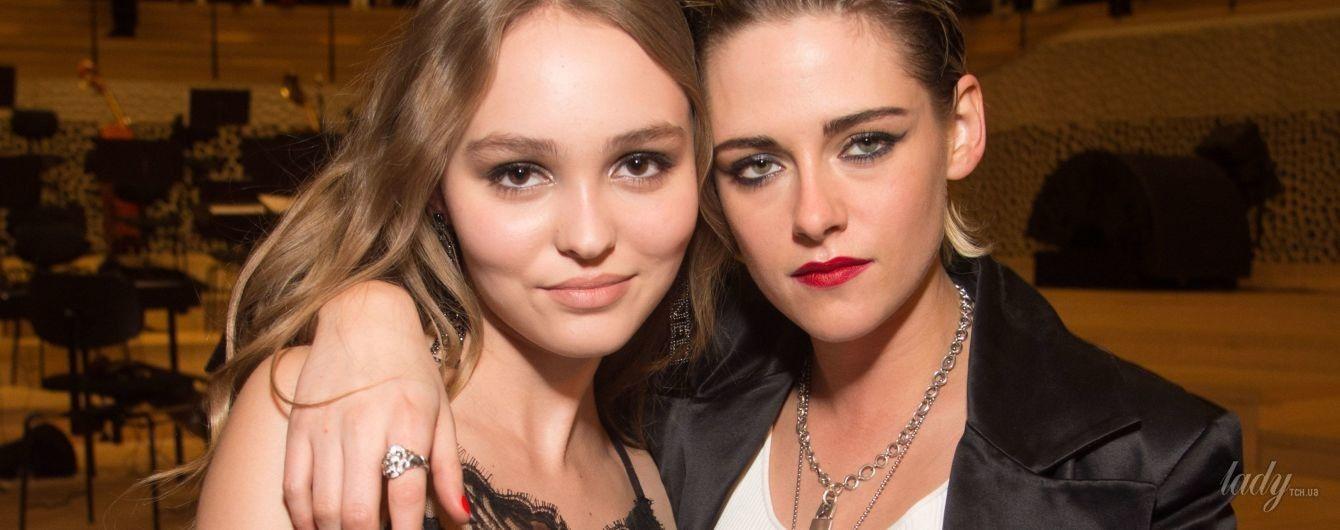 В эффектных образах: Кристен Стюарт и Лили-Роуз Депп пришли на показ Chanel