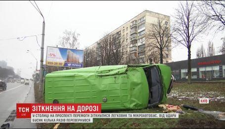 На столичном проспекте Победы столкнулись легковушка и микроавтобус