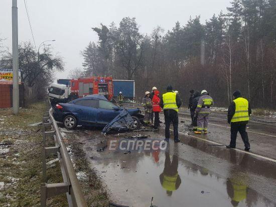 Під Києвом вантажівка не розминулася з легковиком, розчавивши його: загинув водій