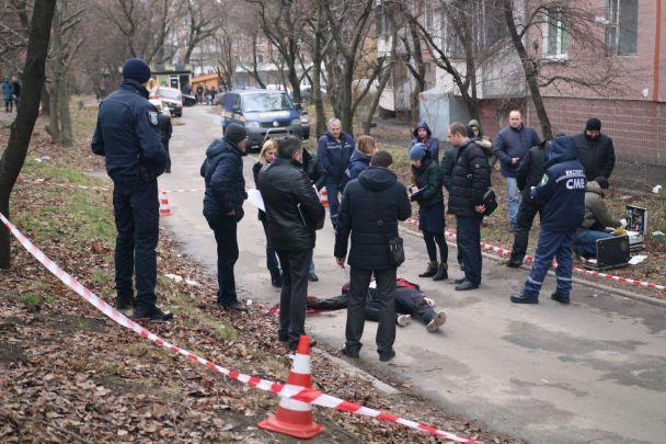 В Днепре во дворе многоэтажки расстреляли человека, объявлен план-перехват