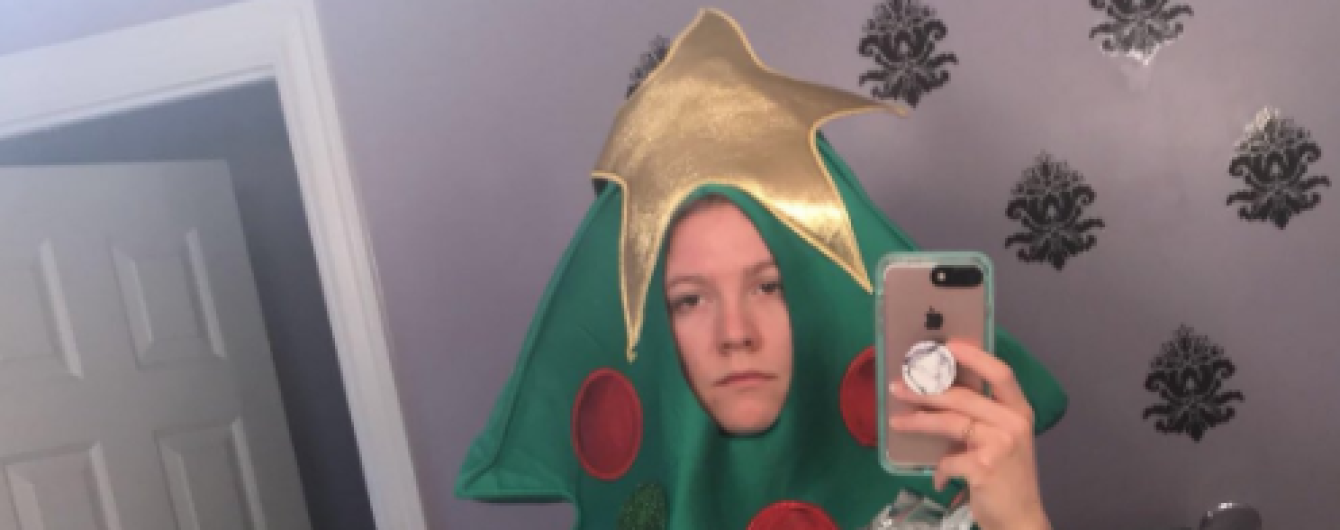 Недооценила силу Интернета: американка вынуждена ходить в университет в костюме елки