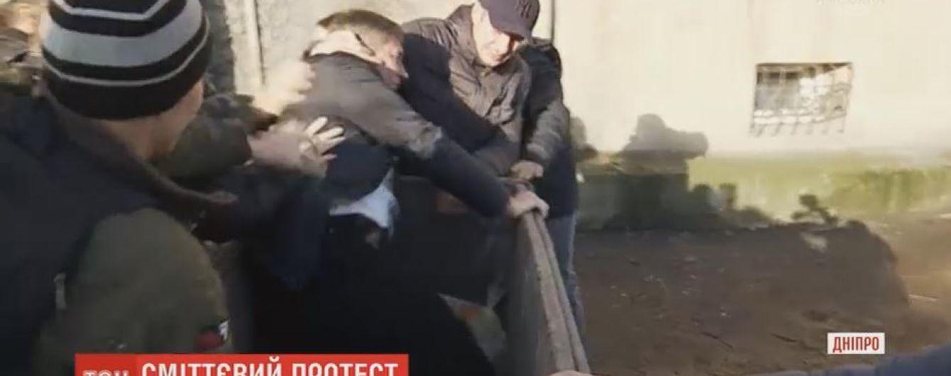 АТОшники бросили в мусорник врача, который затягивает рассмотрение их дел с инвалидности