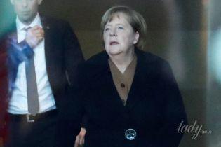 В пальто с большой пуговицей: Ангела Меркель на деловой встрече