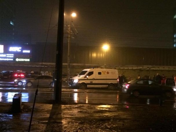 В Киеве инкассатор заблокировал движение трамваев: в районе метро Черниговская парализовано движение авто