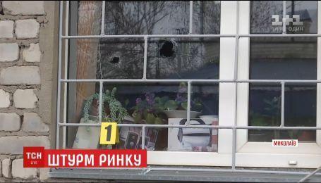 В Николаеве группа молодых людей забаррикадировались в администрации рынка и взяли заложников