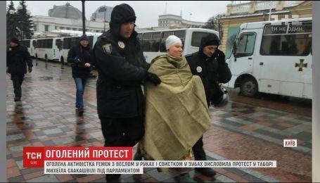 "В лагере Саакашвили заметили голую активистку ""Фемен"""