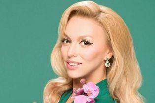 В платье со смелым декольте и с розовой помадой: эффектный образ Оли Поляковой