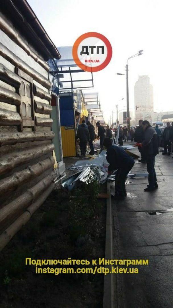 В Киеве утром неизвестные разгромили десятки магазинов