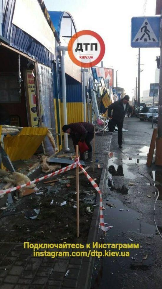 У Києві вранці невідомі розтрощили десятки магазинів