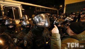 """Автобусна """"барикада"""" і силовики в екіпіруванні. Що відбувається під СІЗО, де утримують Саакашвілі"""